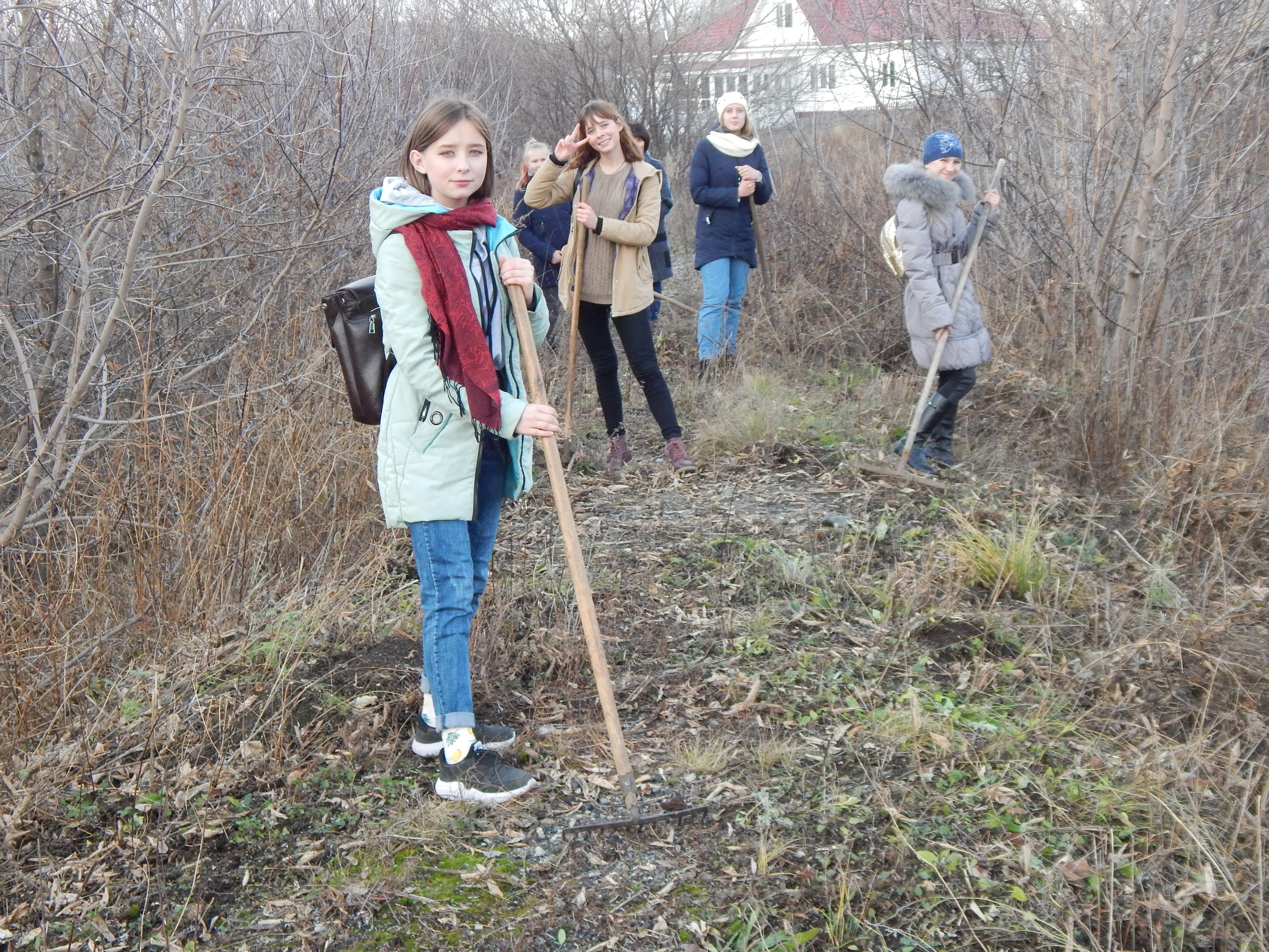 Змеиногорские школьники провели субботник на насыпи Змеиногорской узкоколейной дороги